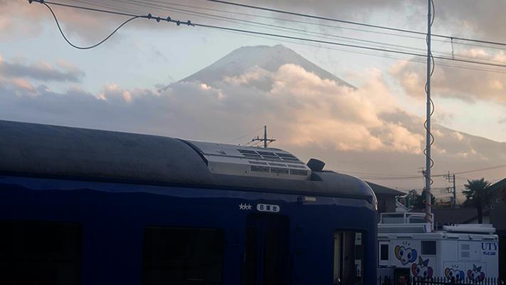 Fuji-san hinter Wolken