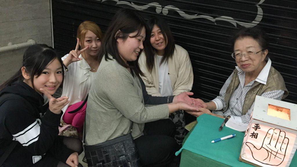 Eine waschechte Japanische Strassen-Wahrsagerin