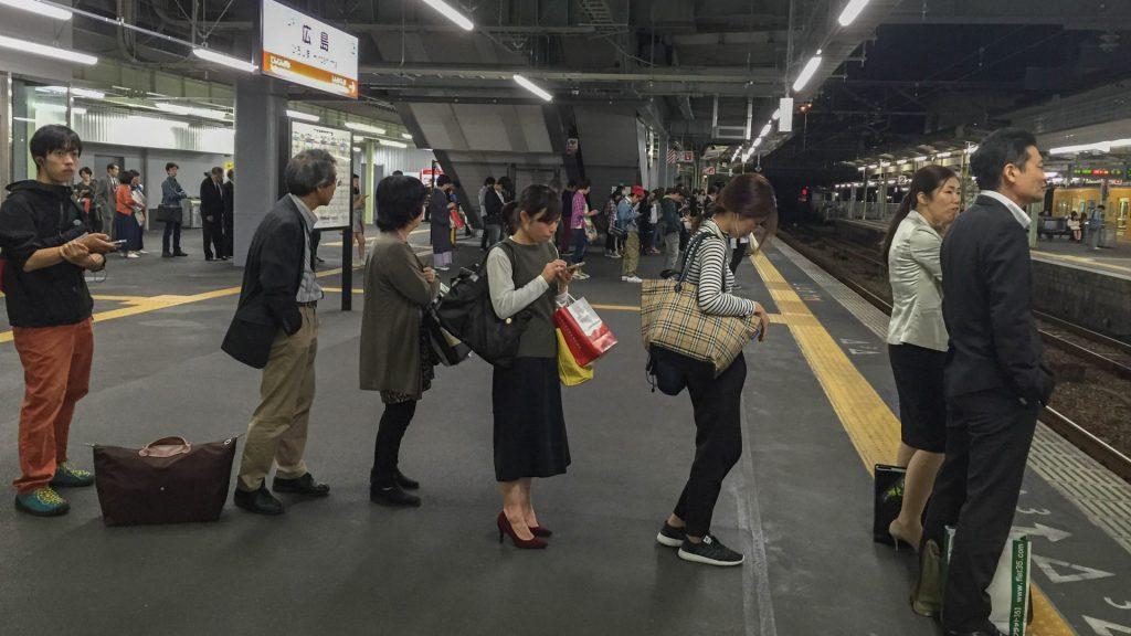 Anstehen beim Zug gehoert sich in Japan