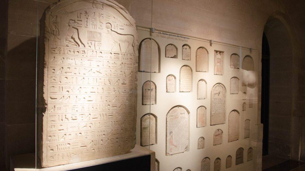 Aegyptische Inschriften auf Steintafeln im Louvre in Paris