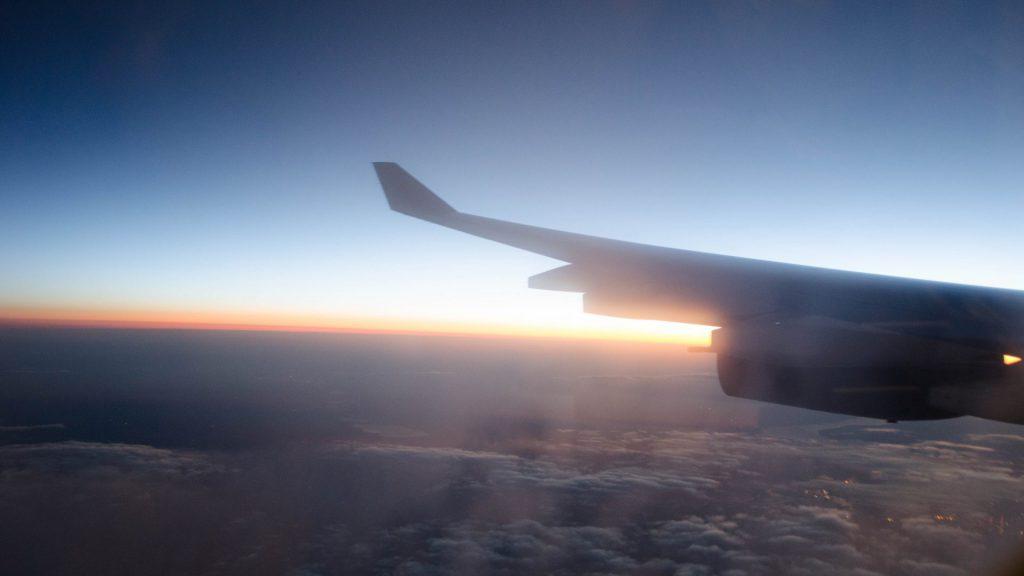 Sicht auf die Landschaft vom Flugzeug aus