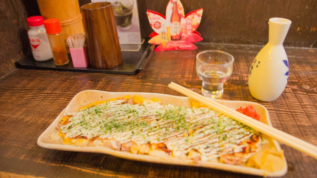 Okonomiyaki und Sake im Izakaya in Fukuoka Japan