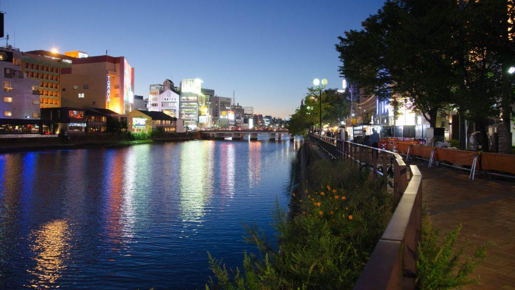 Abendliche Aussicht auf den Fluss in Fukuoka Japan