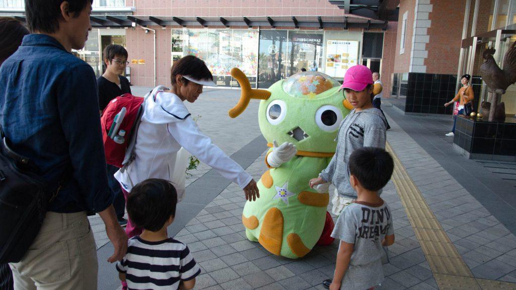 Das Otsu Masskottchen am Bahnhof in Oita Japan
