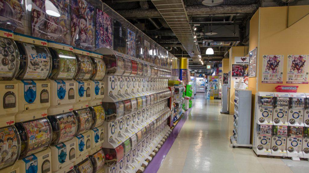 Eine riesige Wand voller Gashapon-Spielzeugkapseln