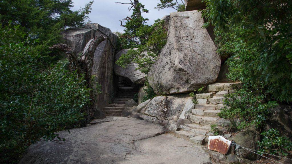 Wanderweg und Felsen in Miyajima Japan