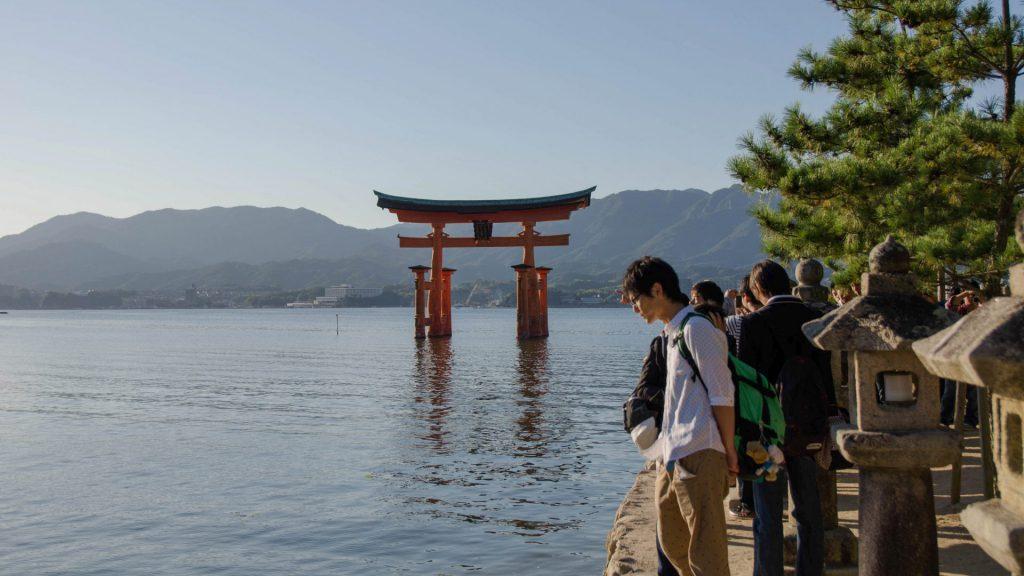 Das Toori in Miyajima Japan mit Menschen