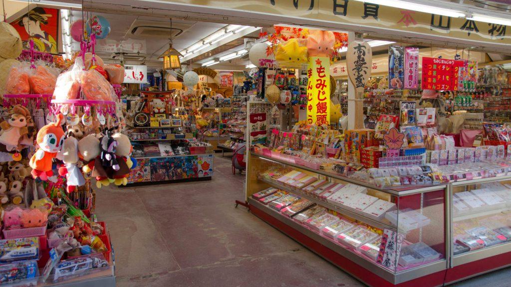 Ein bunter Souvenirladen in Miyajima Japan