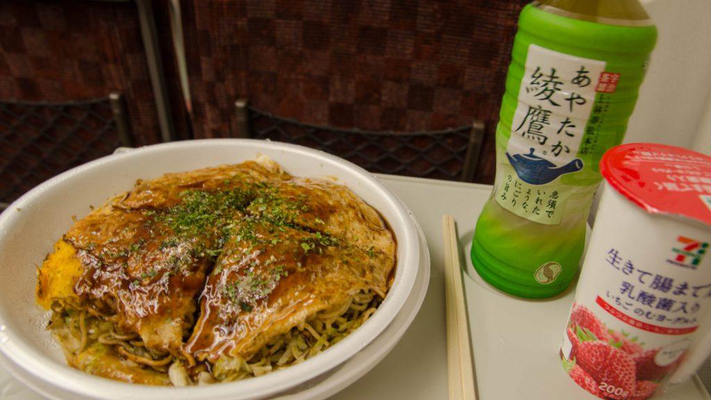 Okonomiyaki aus Hiroshima im Zug
