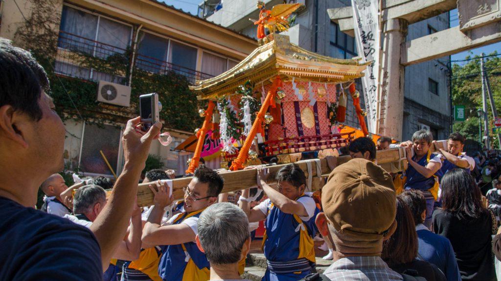 Mit dem Schrein unterwegs am Okunchi Festival in Nagasaki Japan