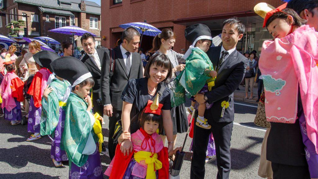 Suesse Kinderkostueme beim Okunchi Festival in Nagasaki Japan