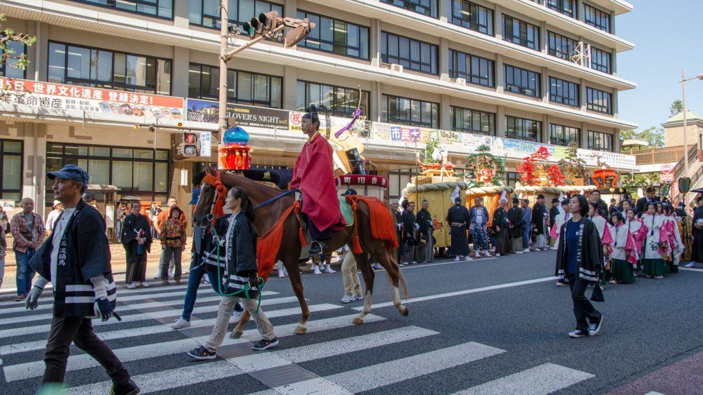 Stattlicher Umzug beim Okunchi Festival in Nagasaki Japan