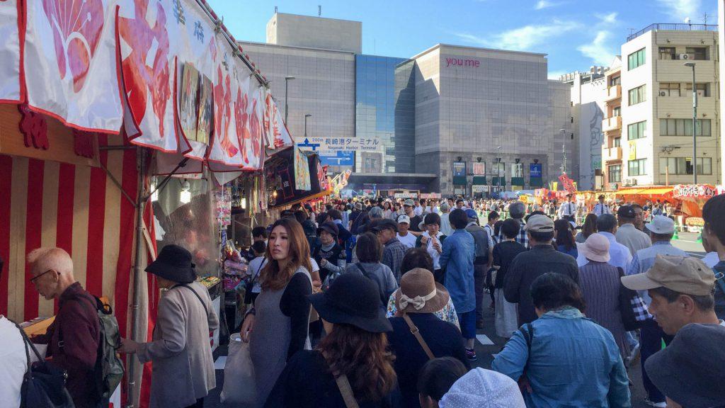 Menschenschaaren bei den Essensstaenden des Okunchi Festivals