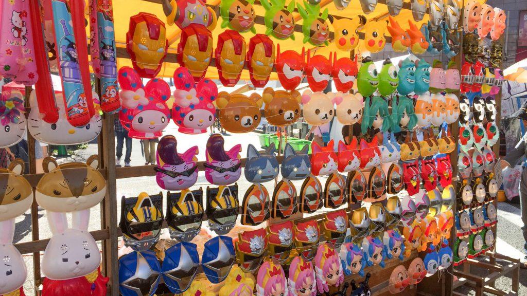 Lustige Masken beim Okunchi Festival
