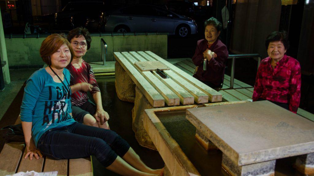 Nette Japanerinnen beim gemeinsamen Fussbad in Shimabara Japan