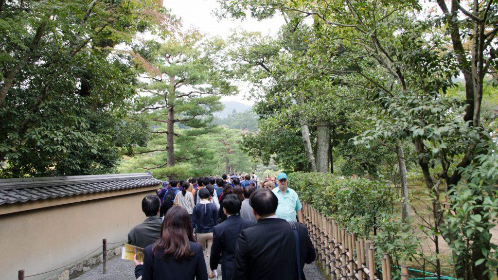 Touristenschlangen vor dem goldenen Pavillion in Kyoto