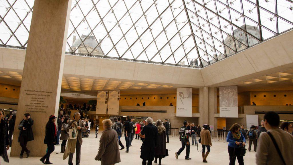Eingangshalle des Louvre in Paris