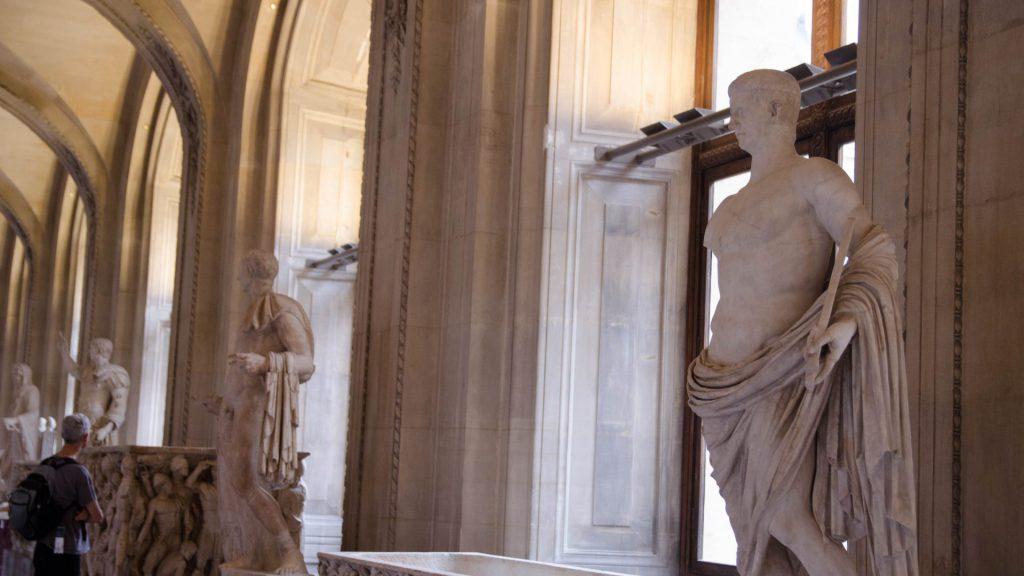 Statuen im Louvre in Paris